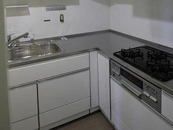 明るい印象のキッチンになりました。お手入れも簡単になり嬉しいです。