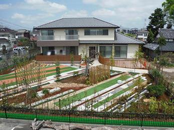 見違えるほどに、きれいに施された庭に満足しています。