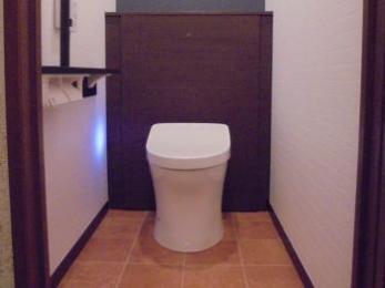 キャビネット部にタンクを隠しスリムなトイレ空間になりました。