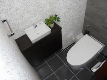 モデルルームのようなシックなトイレ空間へ一新
