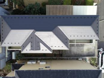屋根カバー工法でリフォーム。工期短縮、屋根材の撤去費用を抑えることができます。
