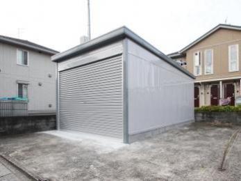 ガレージ設置。雨風による汚れの心配をすることなく保管できます。