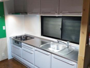 タカラスタンダードシステムキッチン。高品位ホーローでしつこい油汚れも水拭き、水洗いできれいに簡単にお掃除できます。